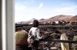 Frau steht in der Cesar Manrique Foundation auf Lanzarote und blickt auf die Kakteenlandschaft