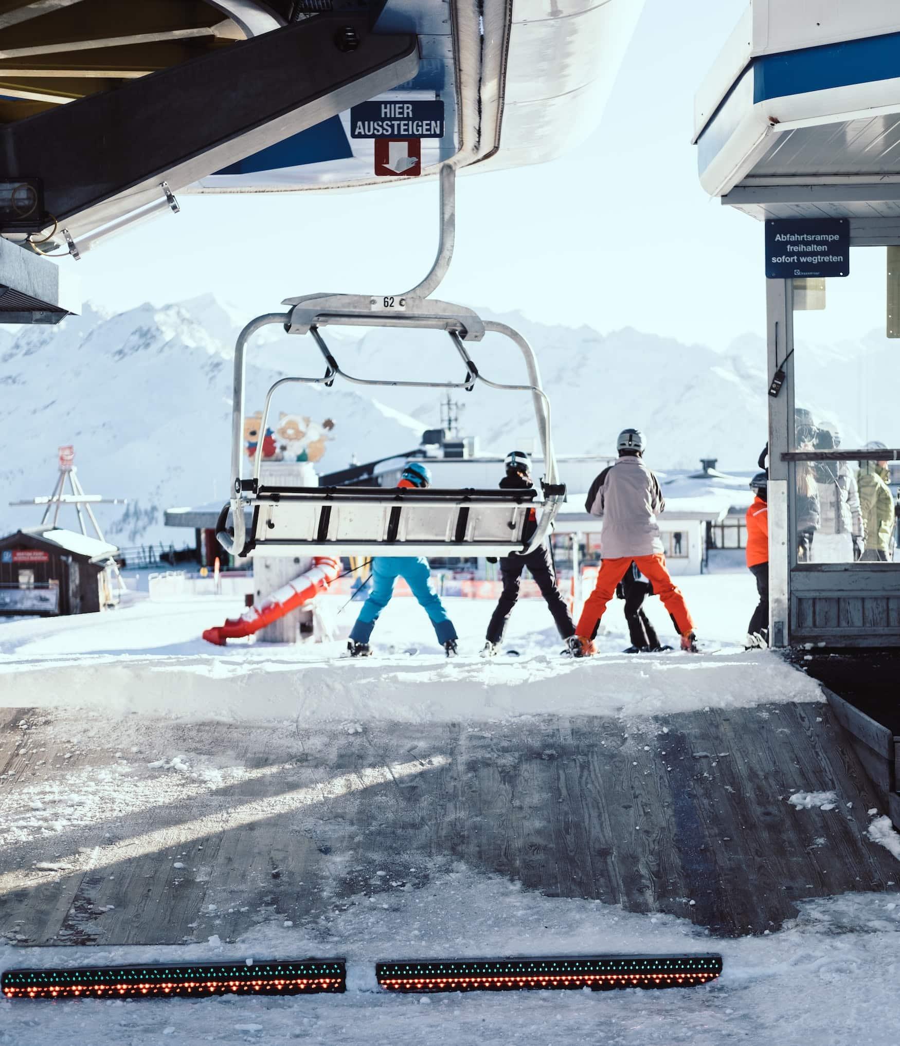 Skifahrer warten an Skilift in Österreich