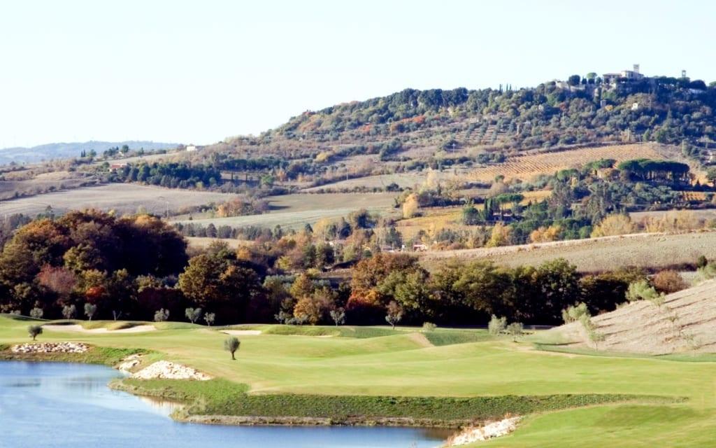 Blick auf einen Golfplatz in der Toskana