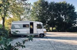 Wohnmobil auf Parkplatz geparkt