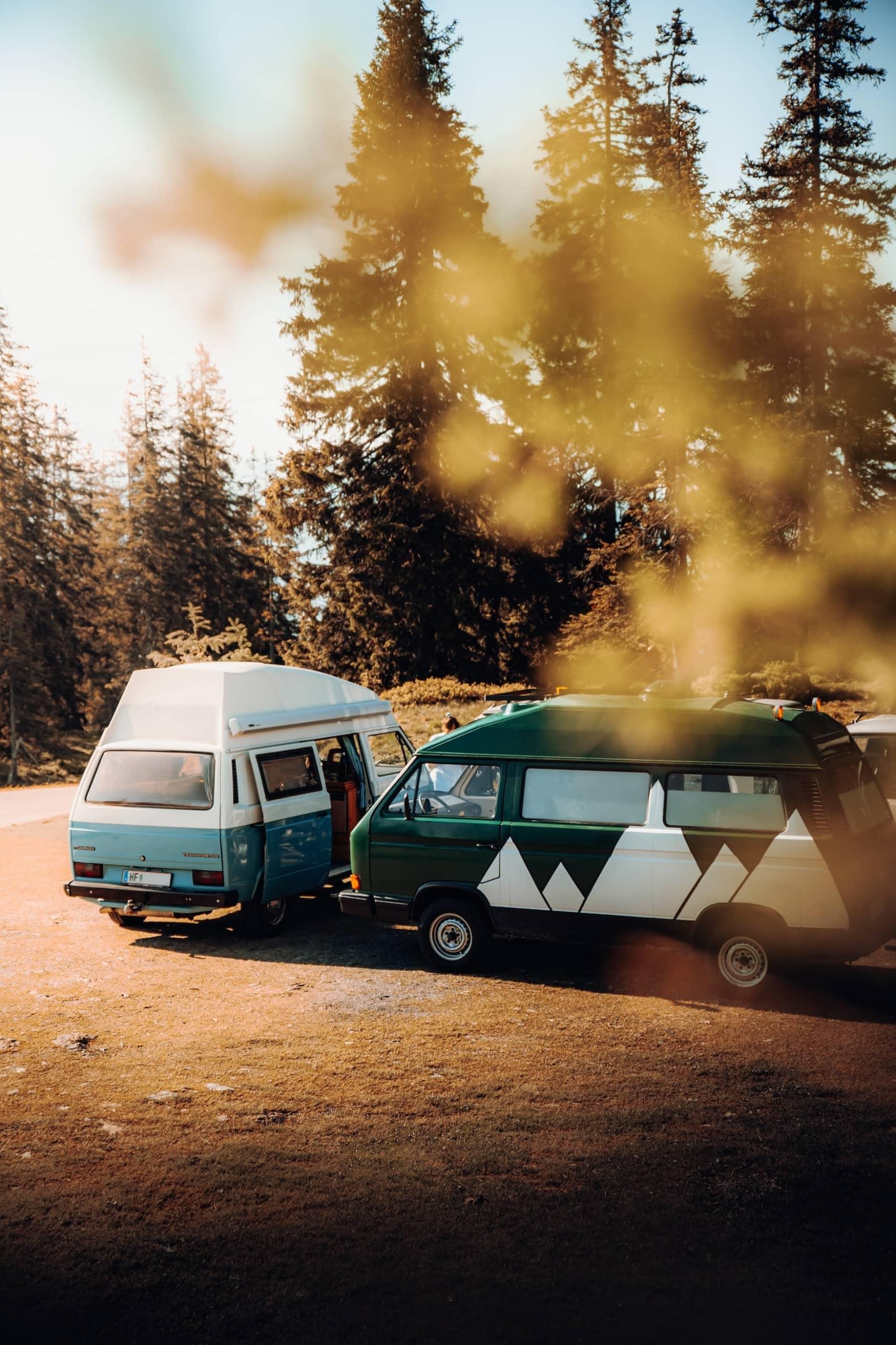 Zwei Wohnmobile in Waldgebiet