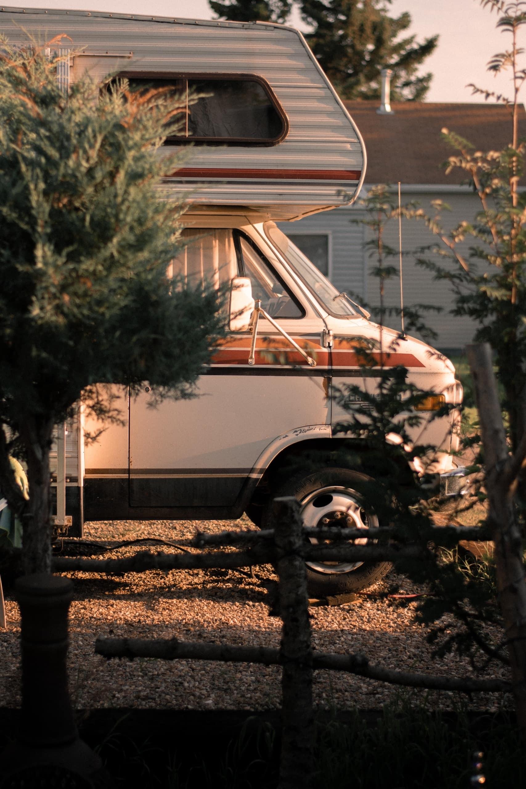 Wohnmobil auf Campingplatz bei Sonnenuntergang