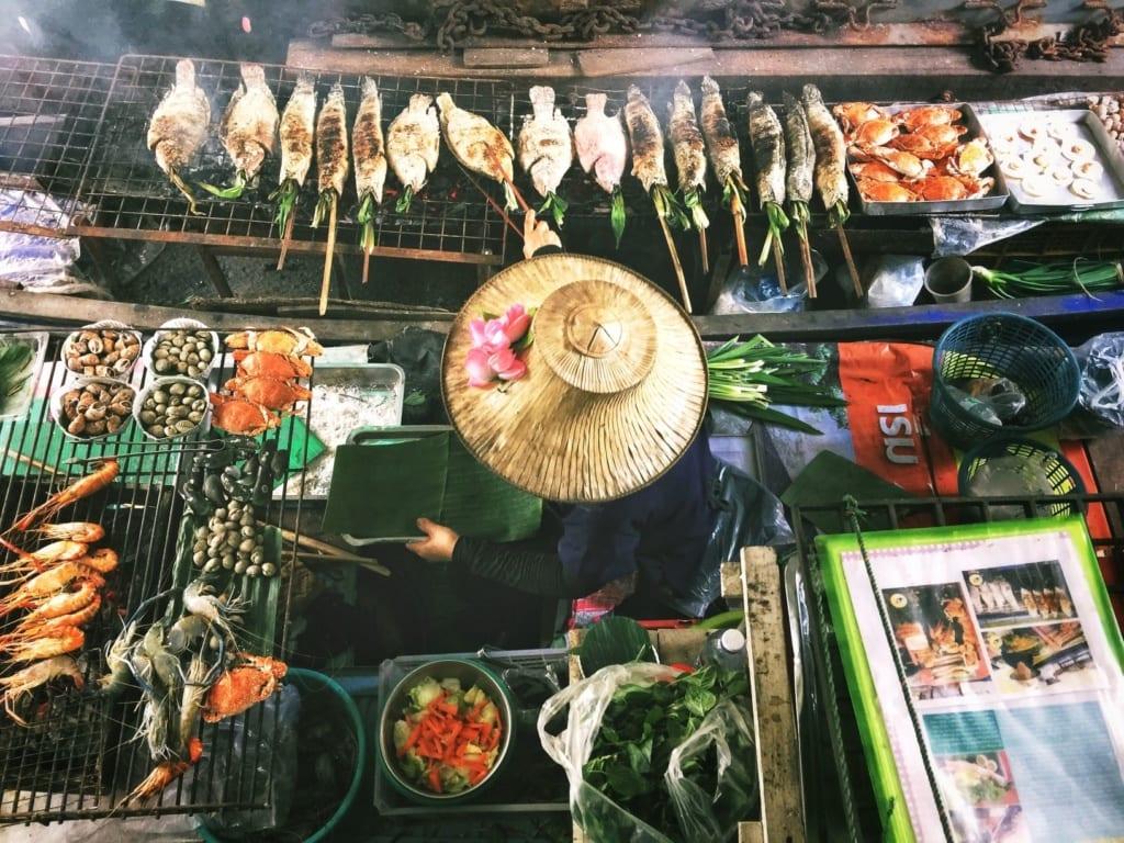 Thailand-Liebe: Koch auf einem Nachtmarkt in Bangkok