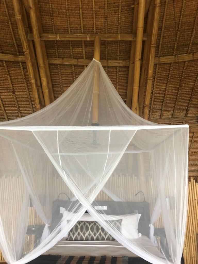 Bett in einer Villa im Cempedak Island