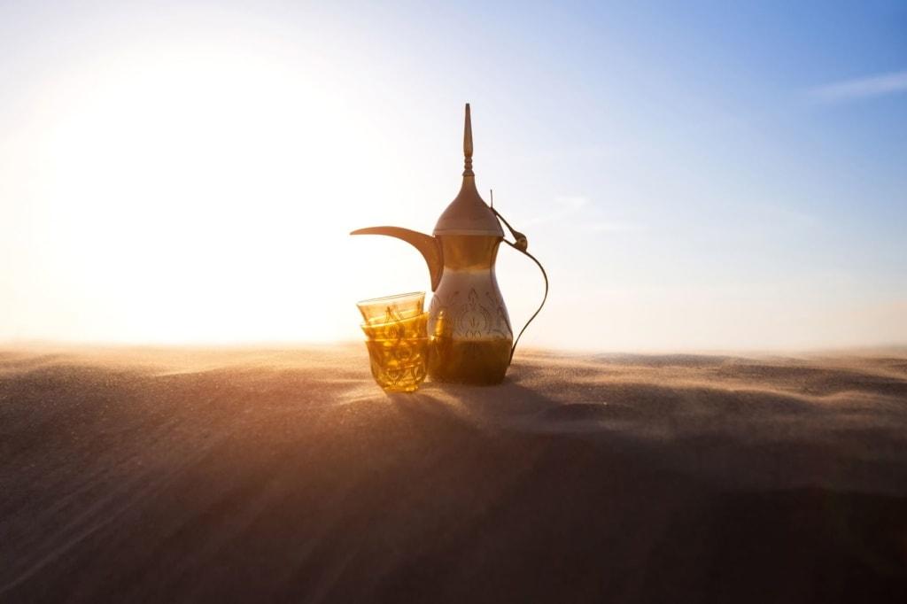 Dallah und Gläser in Wüste
