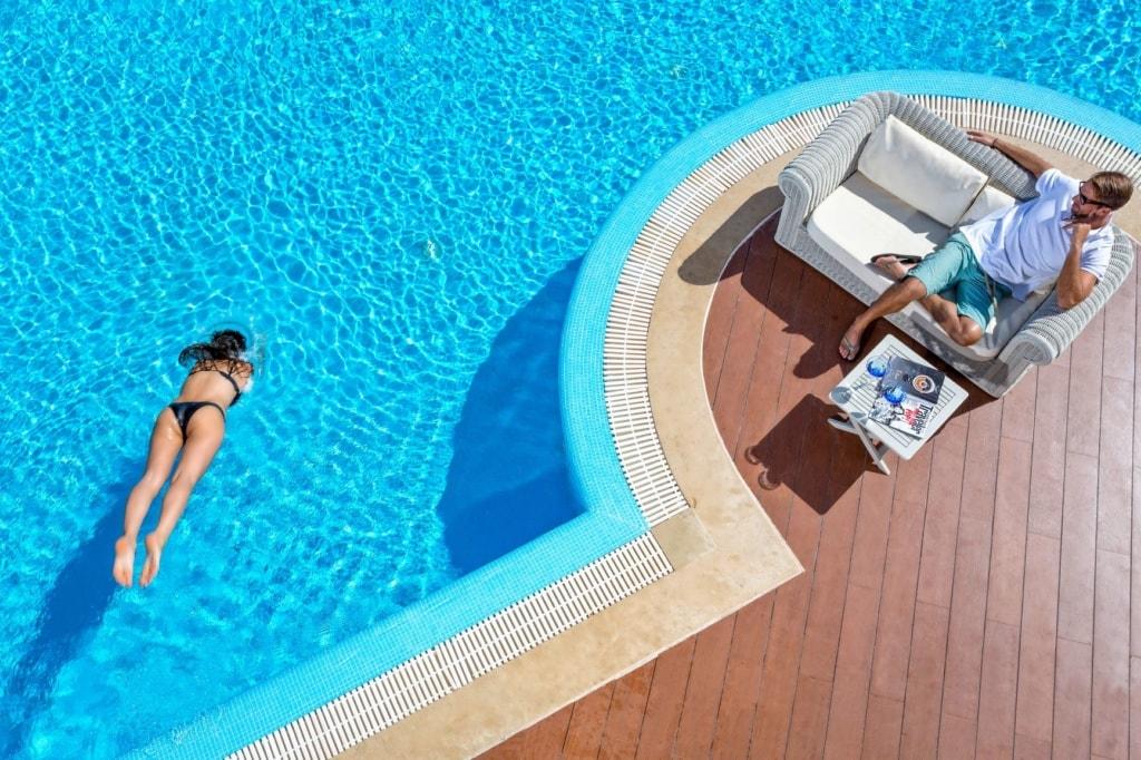 Mann und Frau am Pool im Elounda Golf Villas & Resort