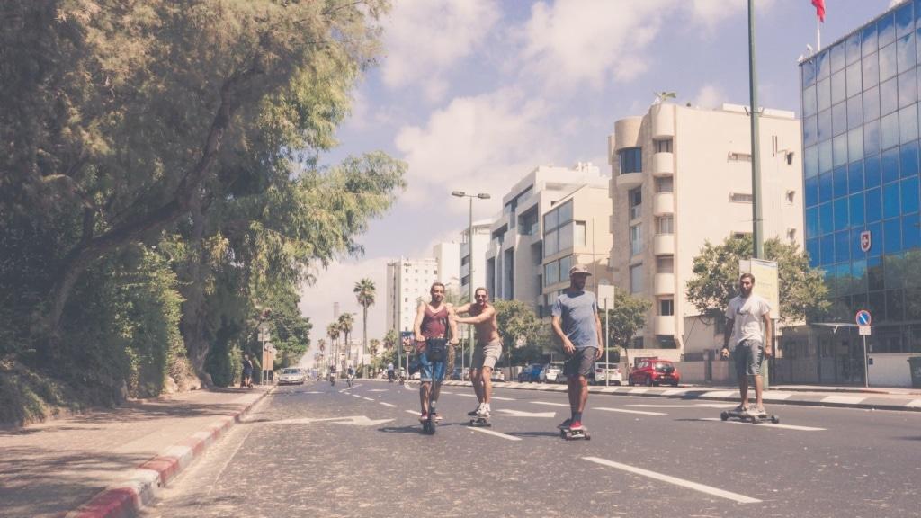 Erwachsene Skater auf einer Straße in Tel Aviv