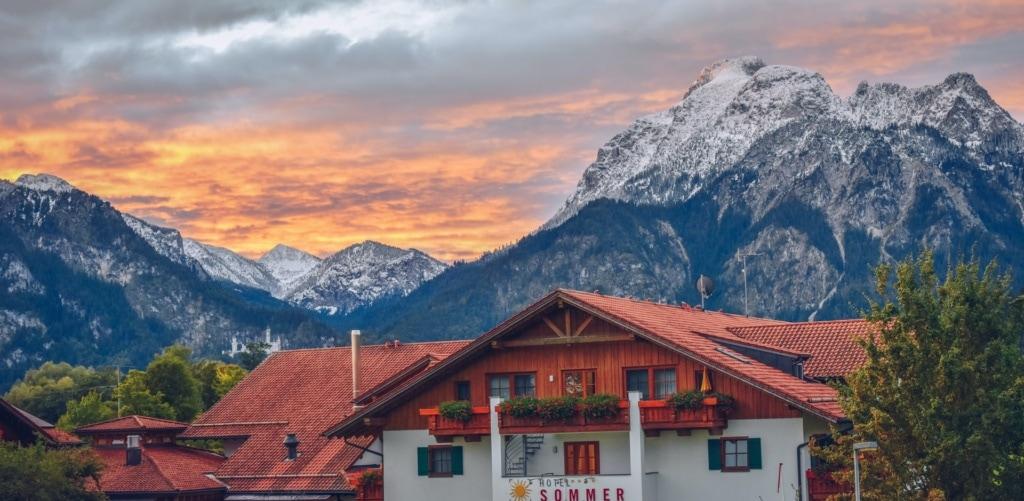 Hotel Sommer in Füssen, im Hintergrund Alpenpanorama