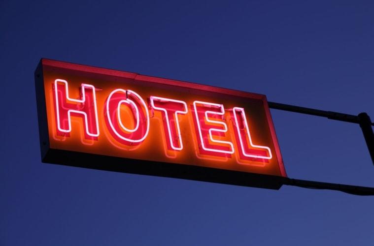 Ein in der Nacht in neonrot beleuchtetes Hotel-Schild