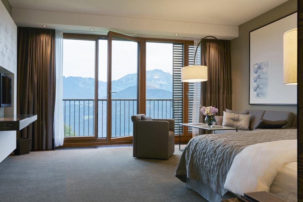 Die Zimmer des Kempinski Hotel Berchtesgaden sind gemütlich im alpin-edlen Stil eingerichtet.