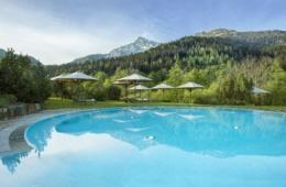 Auch vom Außenpool des Kempinski Hotel Berchtesgaden blickt man auf das Bergpanorama.