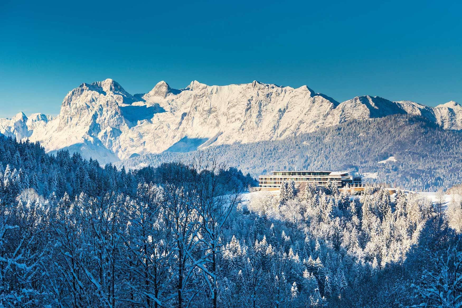 Das Kempinski Hotel Berchtesgaden verschneit im Winter.