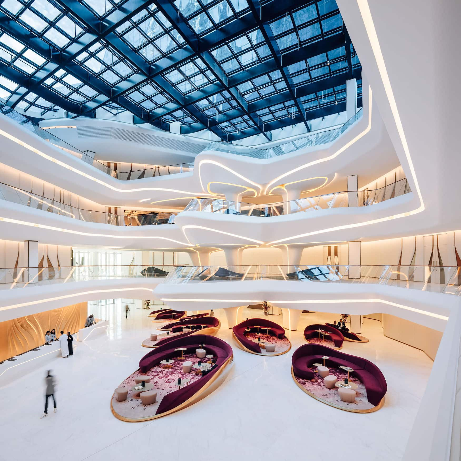 Was ein Architekturhotel! Die Lobby im ME Dubai verzaubert durch außergewöhnliche Formen