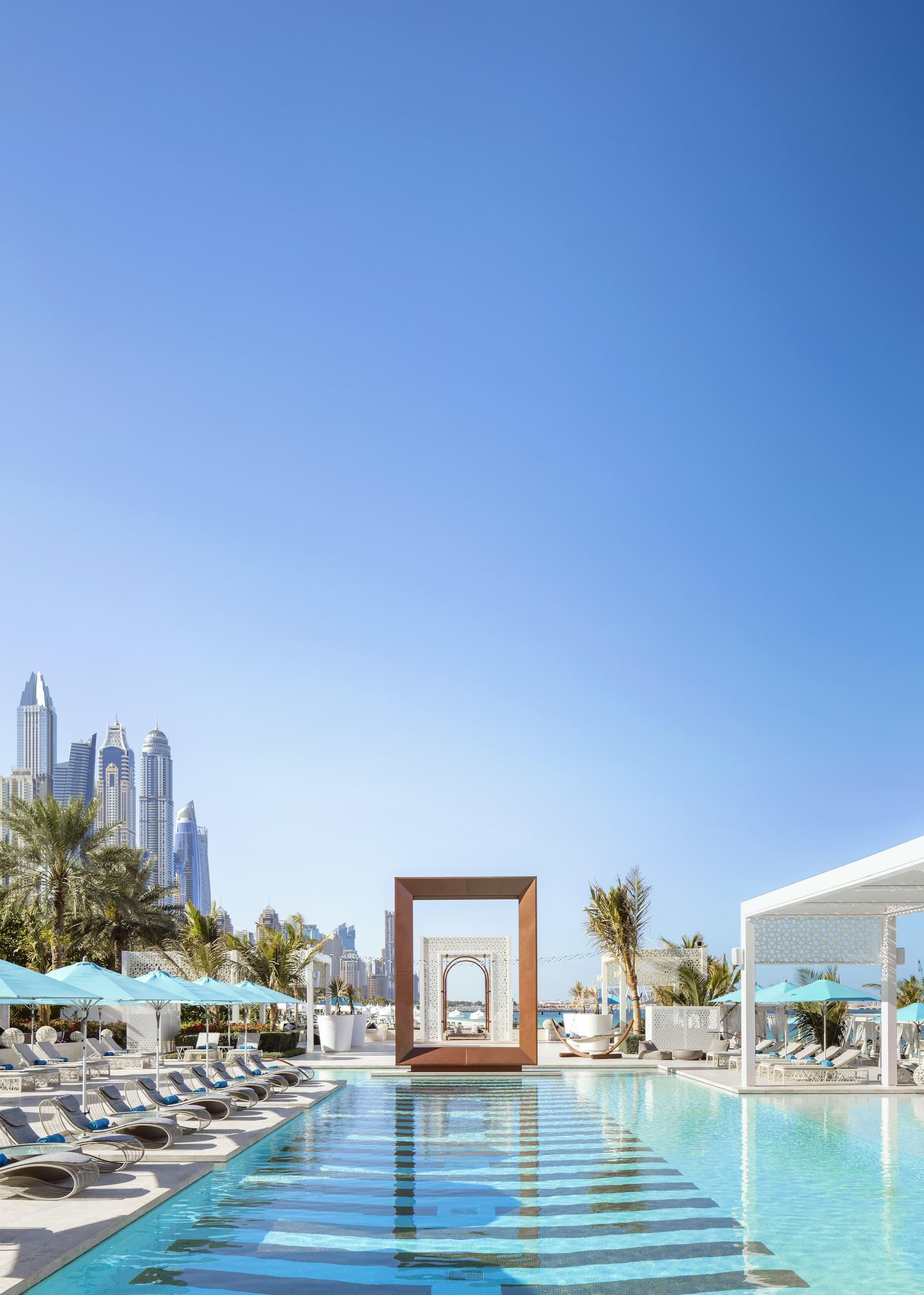 Pool-Bereich mit Blick auf die Skyline von Dubai im One&Only Royal Mirage
