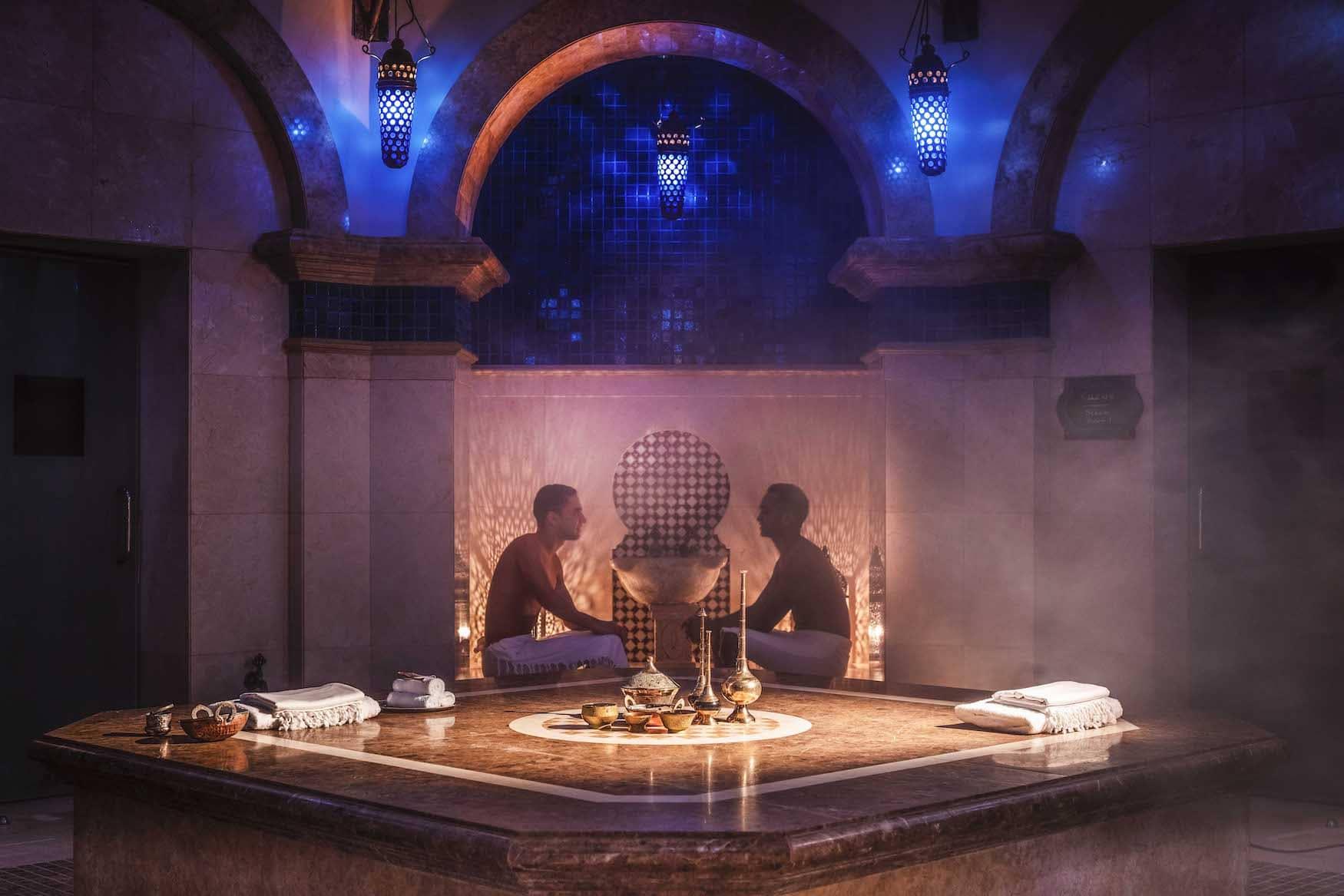 Zwei Männer in orientalischem Spa in einem One&Only Resort
