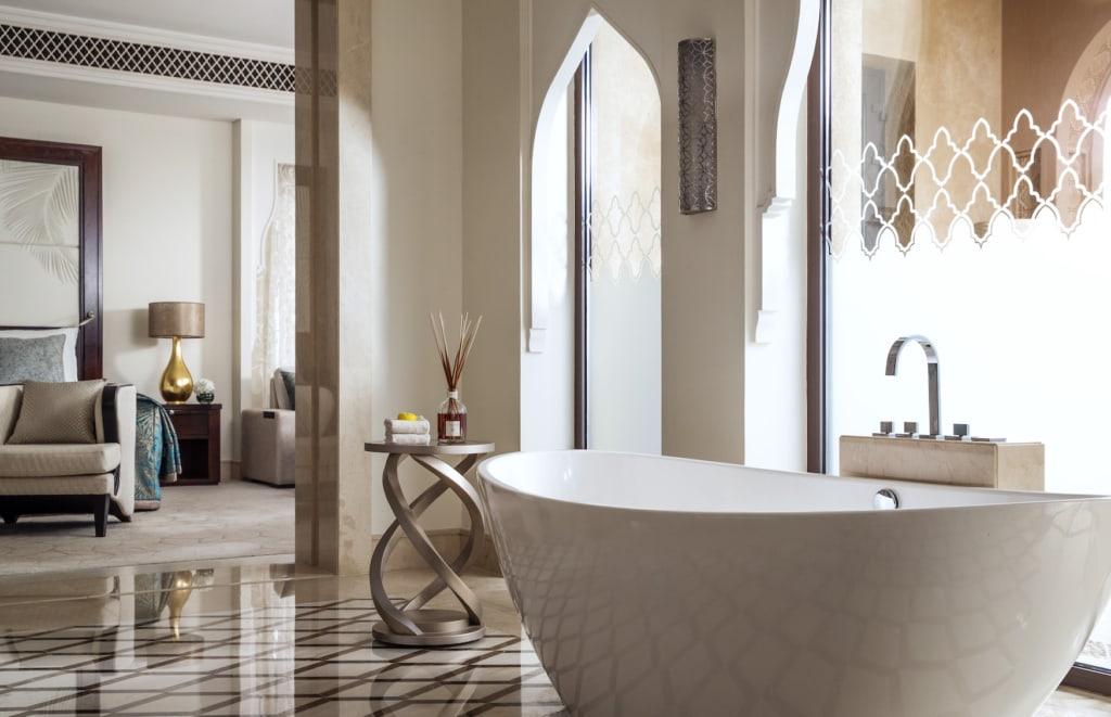 Freistehende Badewanne in der Mansion Palm Junior Suite mit Pool