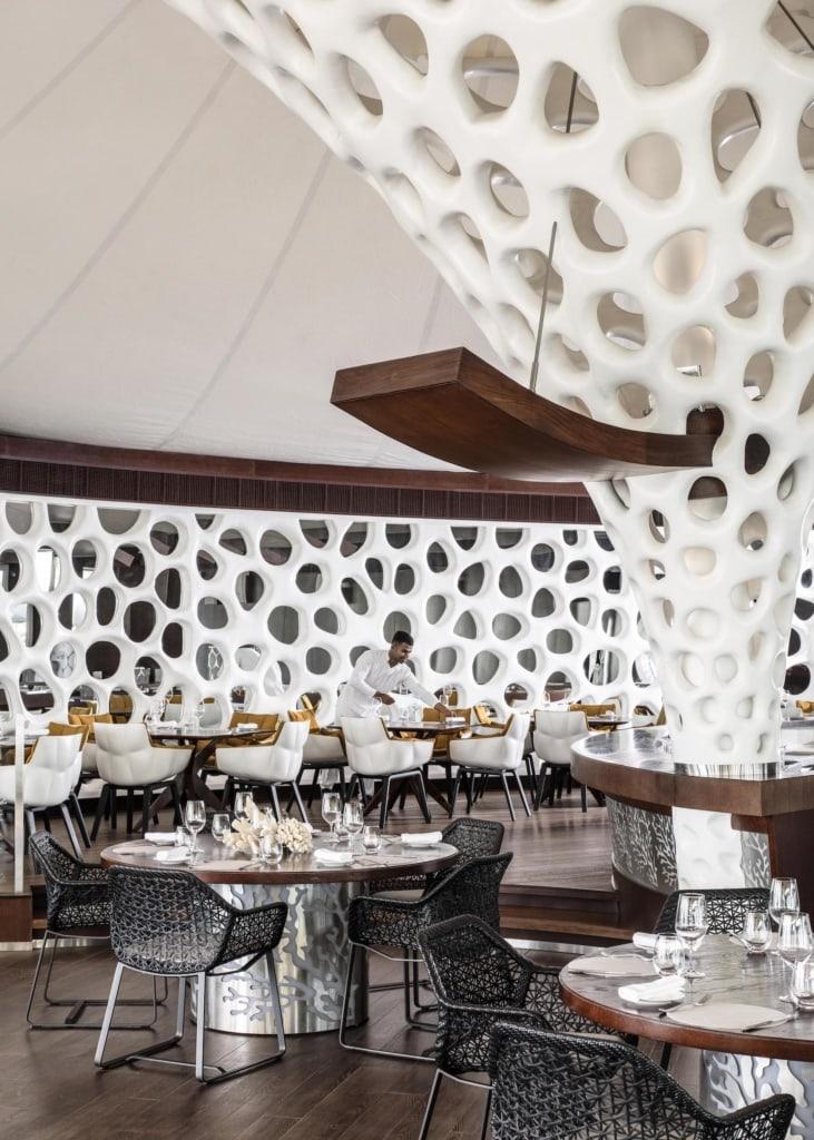 Kellner in sonst leerem Restaurant im One&Only The Palm Resort