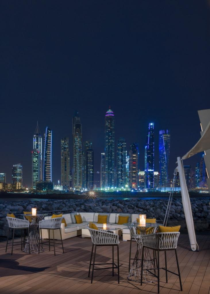 Blick auf die Skyline von Dubai bei Nacht