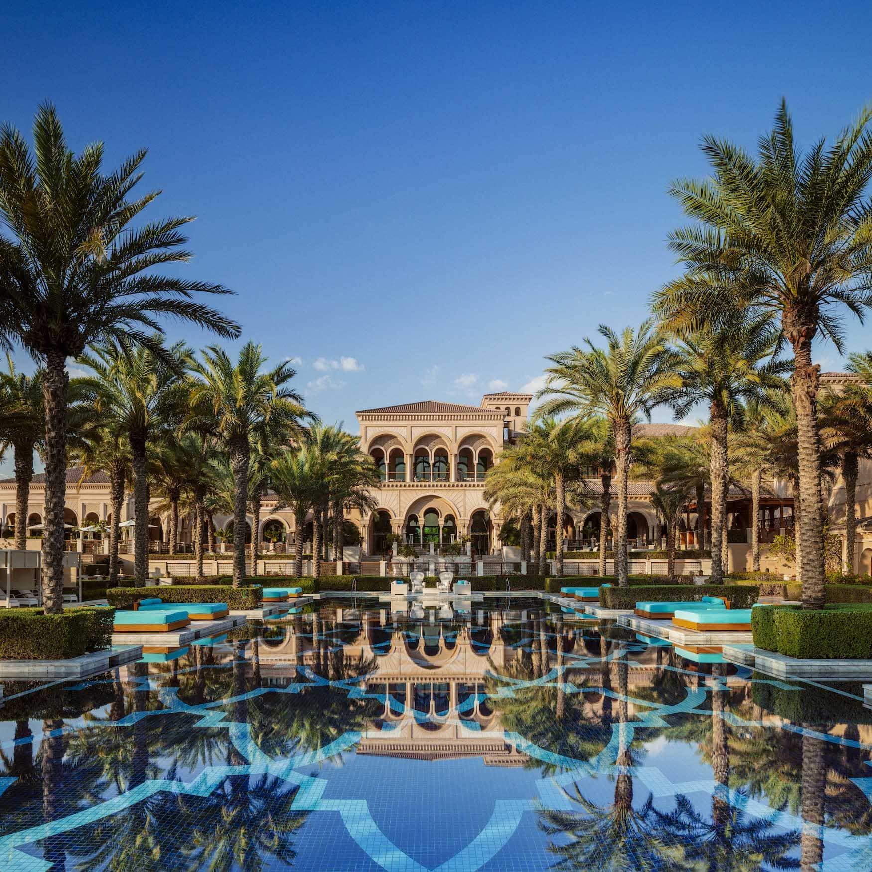 Hauptpool mit Gebäude im Hintergrund im One&Only The Palm