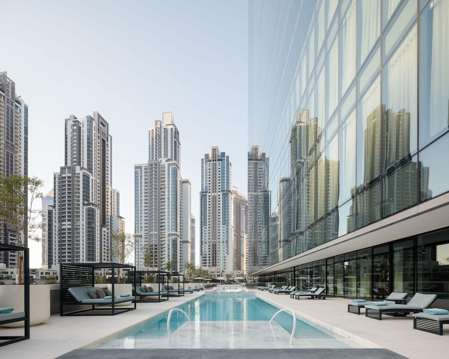 Poolbereich mit Blick auf die Skyline Dubais