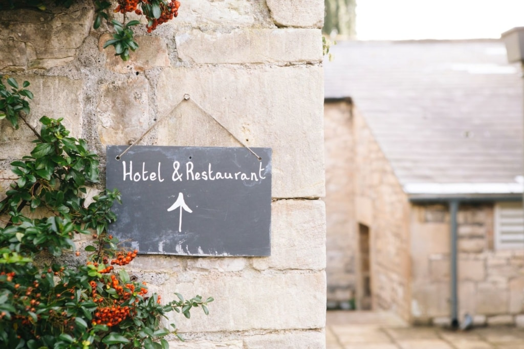 """Schild in einem Hof mit Aufschrift """"Hotel & Restaurant"""""""