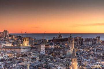 Die Skyline von Genua beim Sonnenuntergang