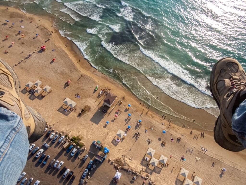 Blick von oben auf den Strand in Haifa