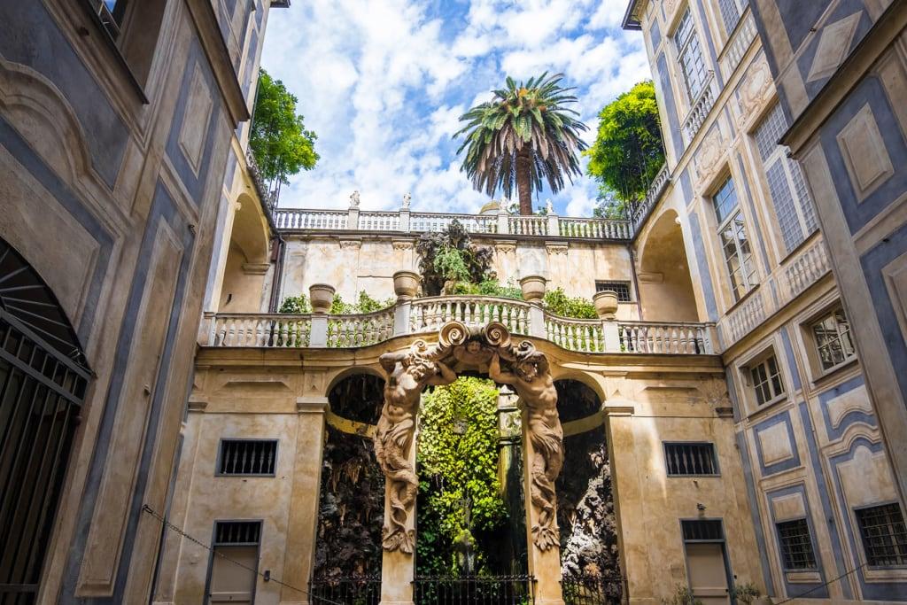Blicka uf die schönen alten Gemäuer der Via Garibaldi in Genua