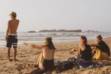 Vier junge Leute am Strand in Marokko