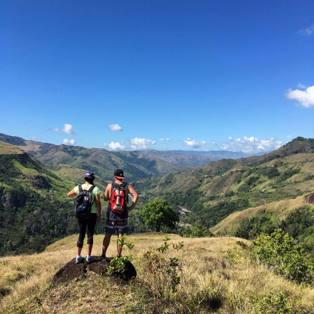 Naturerlebnisse auf den Fiji-Inseln: Wanderer genießen Aussicht auf Fiji-Insel