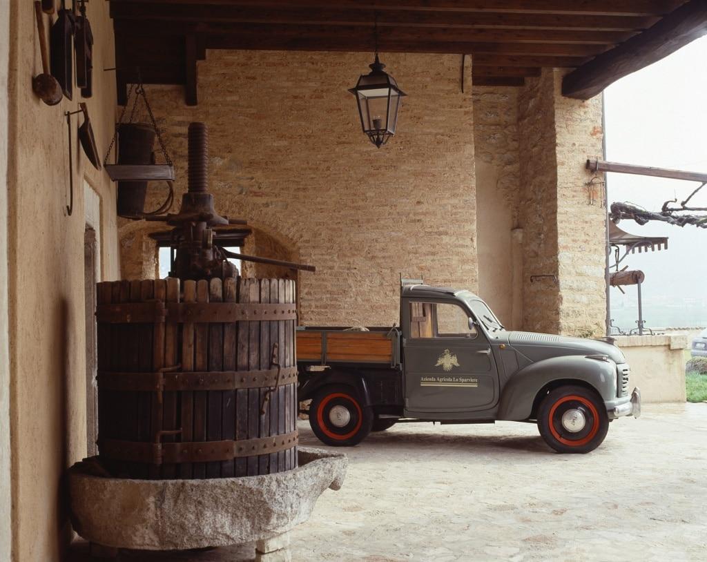 Auto im Hof eines Weinguts in der Franciacorta