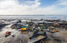 Plastikmüll an Atlantikküste in Frankreich