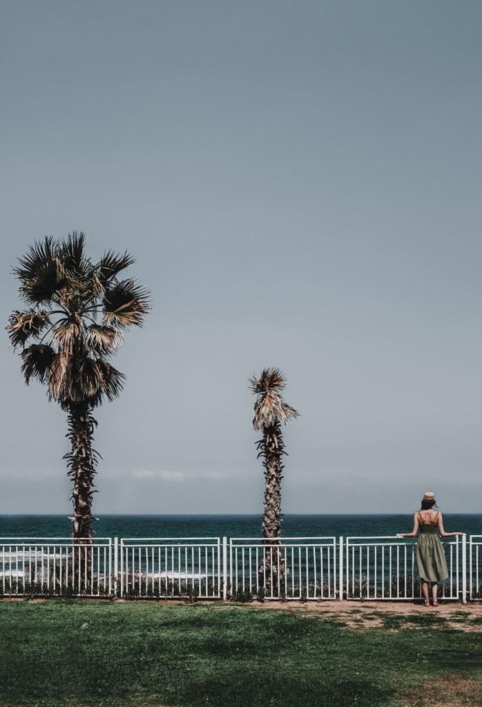 Frau an der Strandpromenade in Tel Aviv