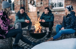 Junge Menschen sitzen um eine Feuerschale von höfats