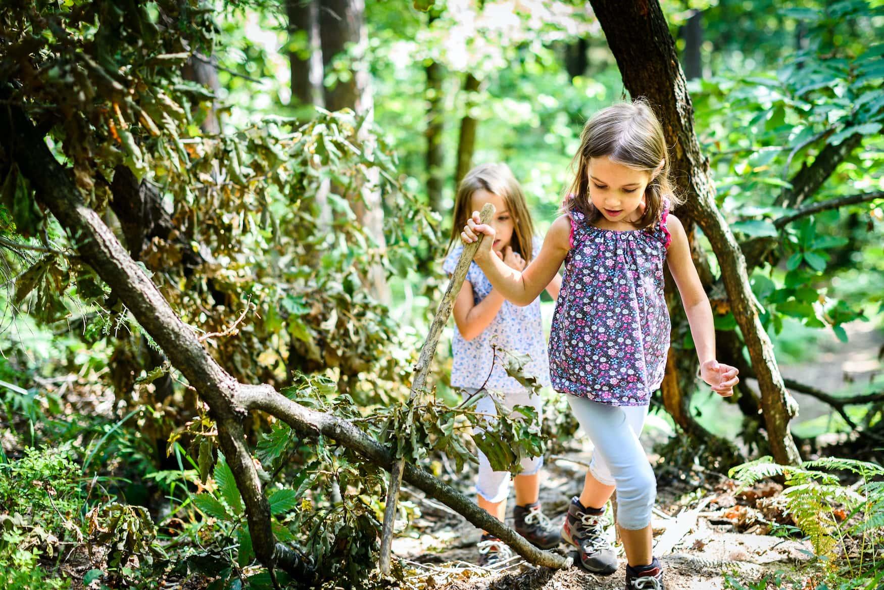 Zwei Mädchen wandern durch Wald