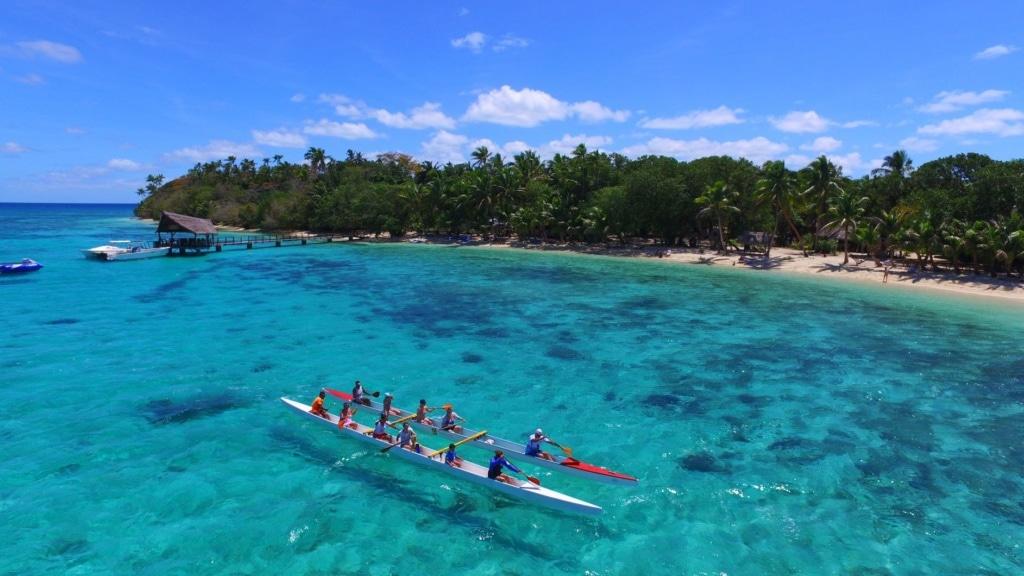 Touristen, die mit dem Kanu fahren