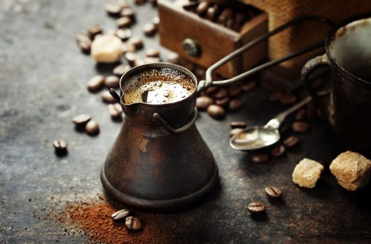 Alte Kaffeekanne: Traditionelle Zubereitung