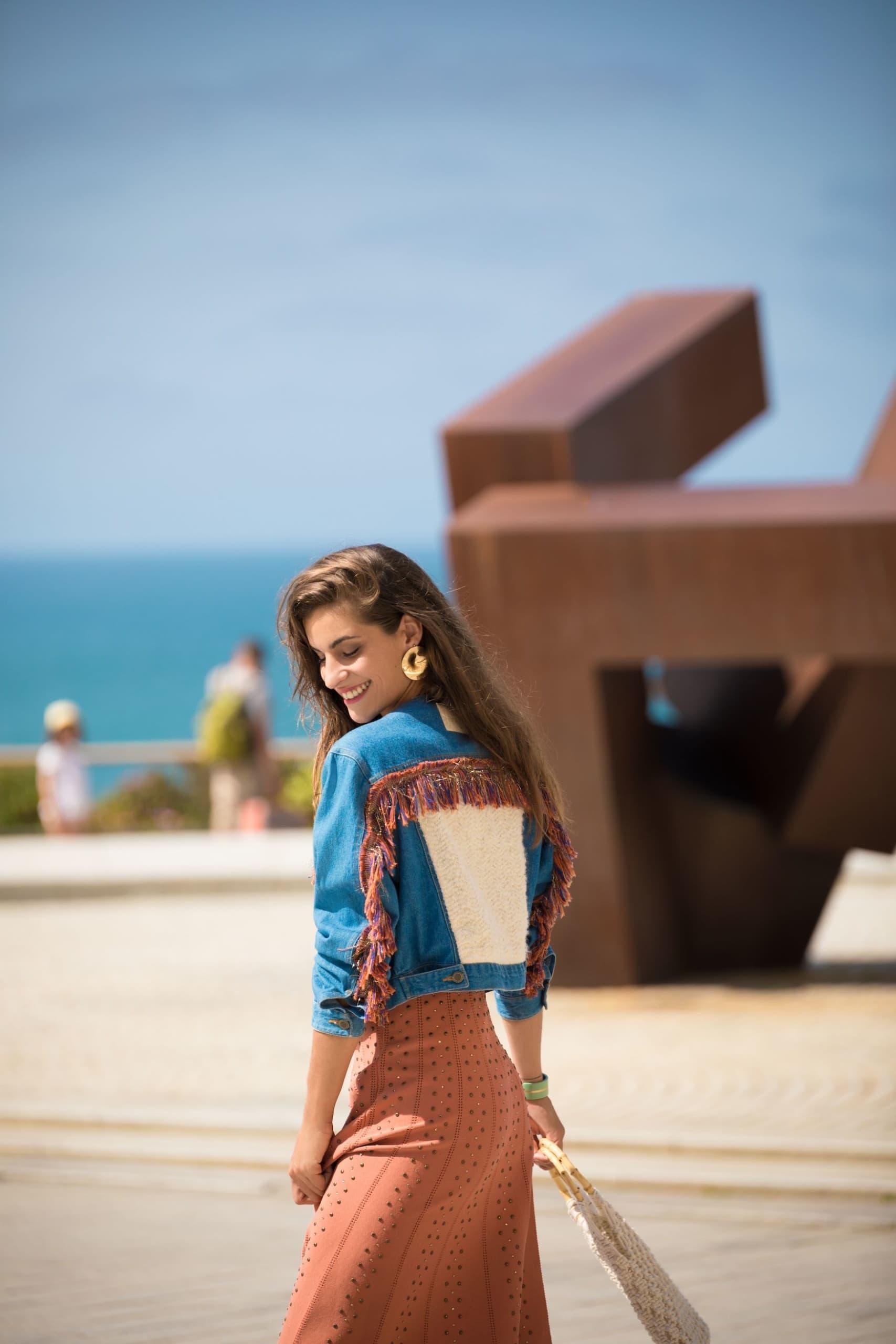 Model präsentiert Jeansjacke des Unternehmens Venitz von der französischen Atlantikküste