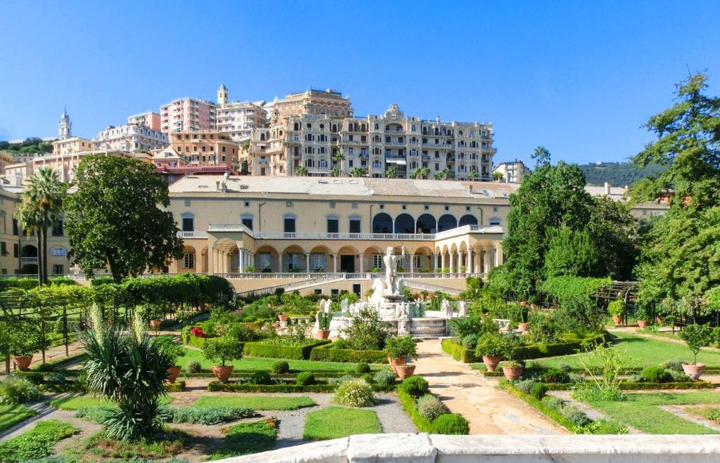 Der sattgrüne Garten der Villa Principe
