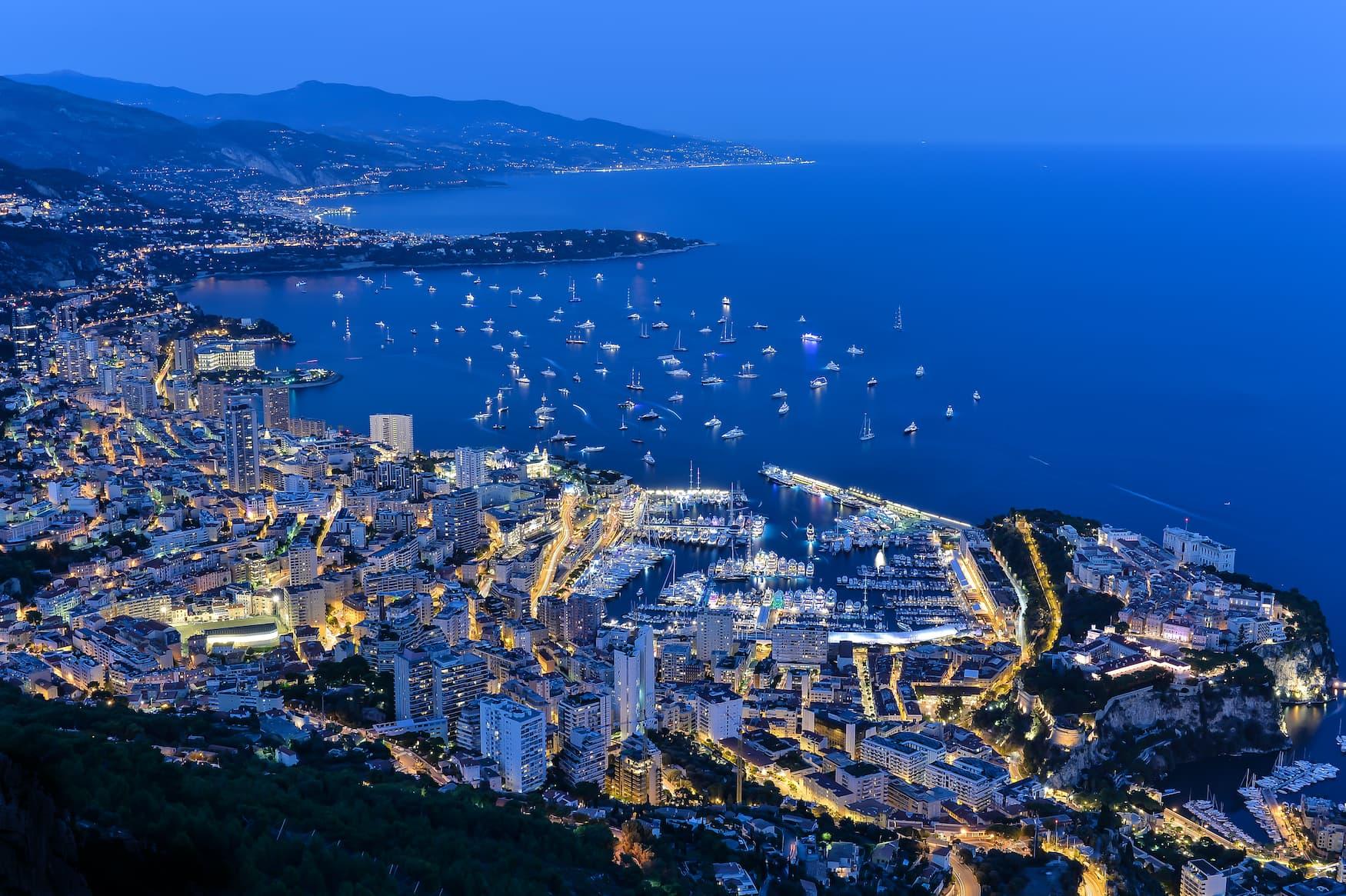 Blick über Monaco am Abend, Yachten im Meer