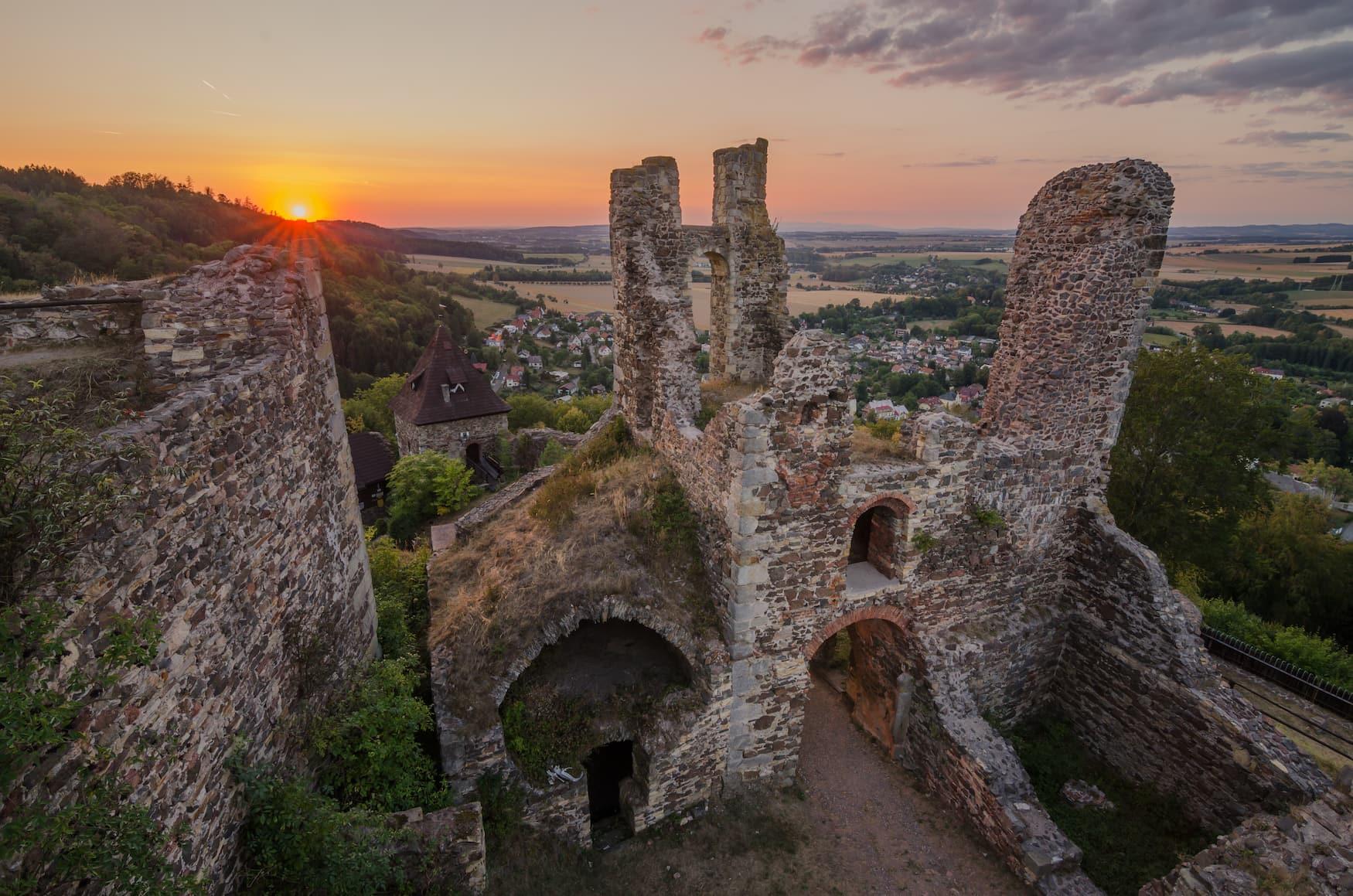 Burg Potstejn in tschechischer Landschaft während Sonnenuntergang