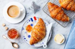 Croissants mit Kaffee auf einem Tisch