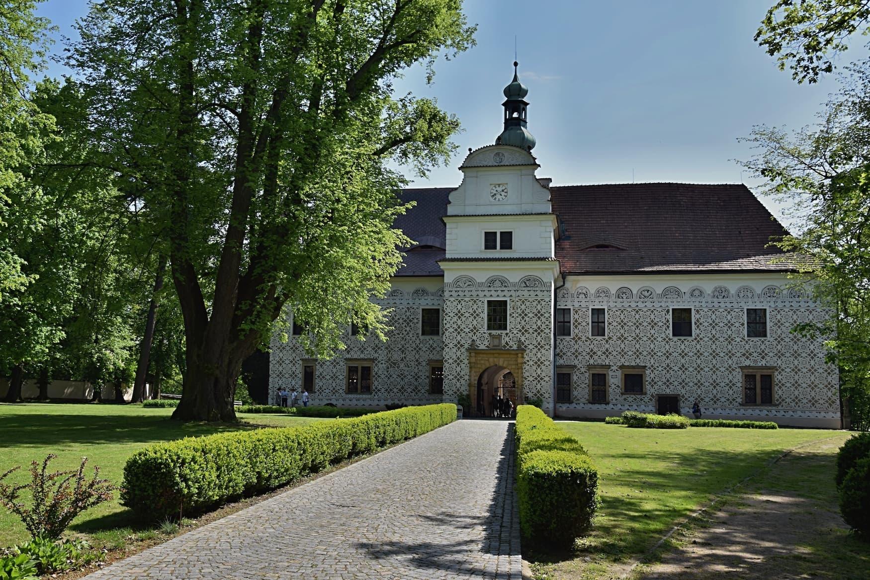Schloss Doudleby und sein schöner Vorgarten