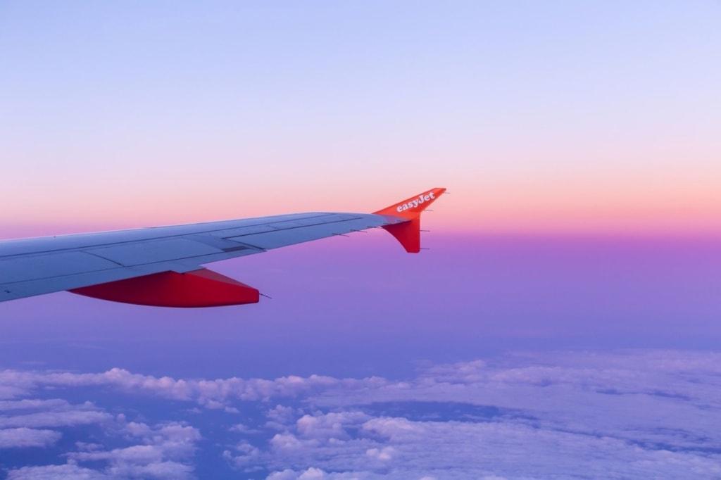 Easyjet-Flügel aus Flugzeug fotografiert