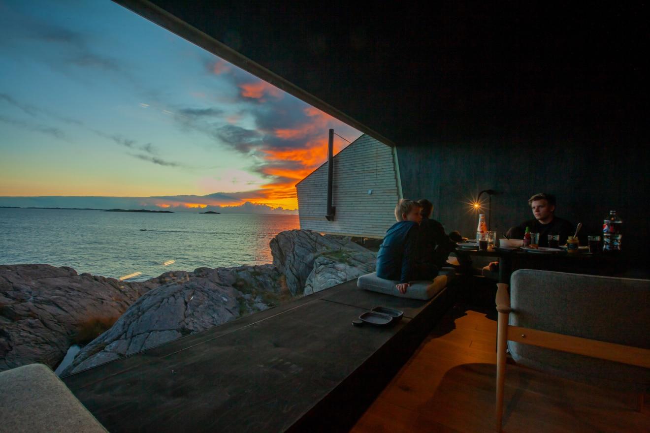 Familiendinner bei Sonnenuntergang: Die Flokehyttene sind eine neue, spektakuläre Unterkunft in Norwegen