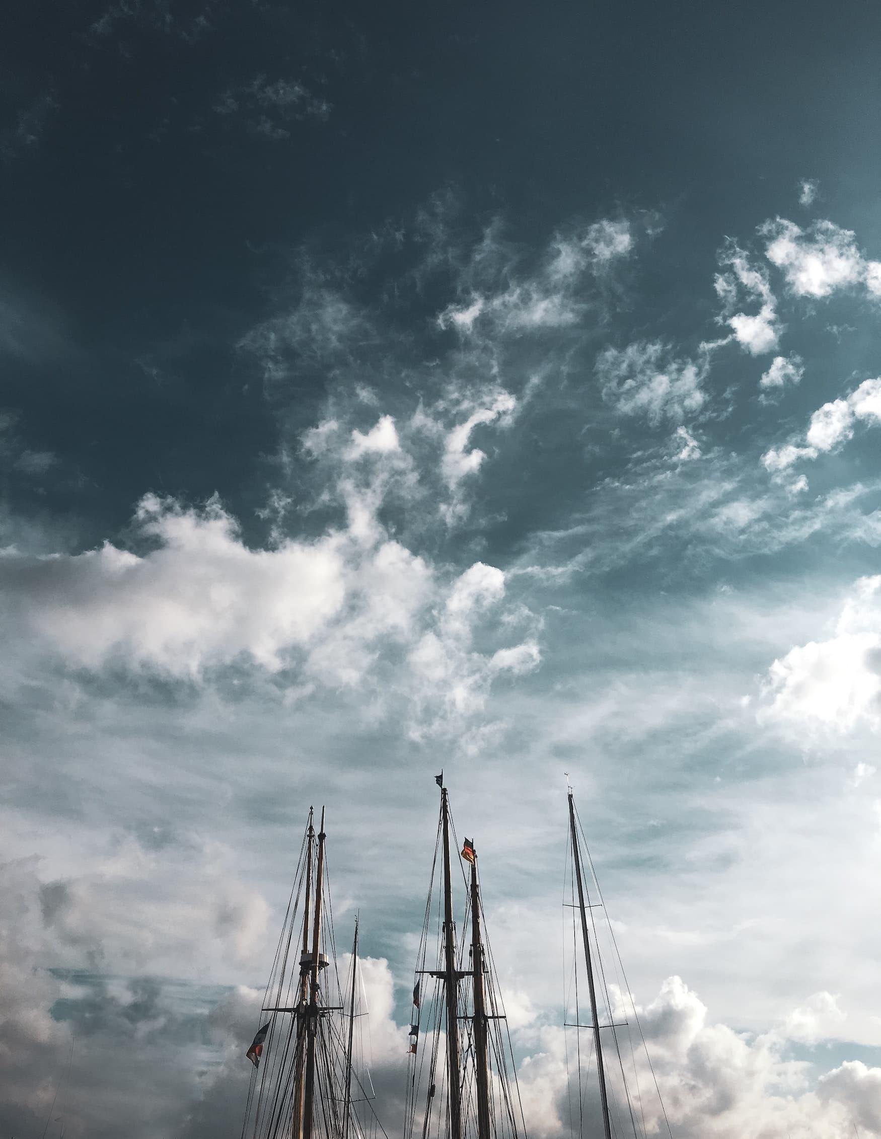 Himmel über Hamburg mit Schiffsmast