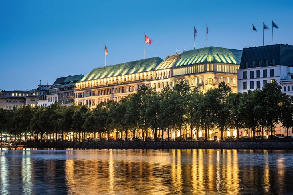 Binnenalster und Fassade des Hotel Vier Jahreszeiten Hamburg