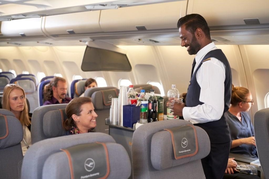 Essen bei der Lufthansa: Flugbegleiter beim Servieren der Verpflegung