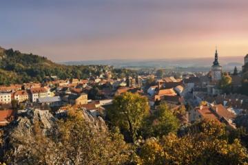 Schloss Mikulov in Tschechien während Sonnenuntergang