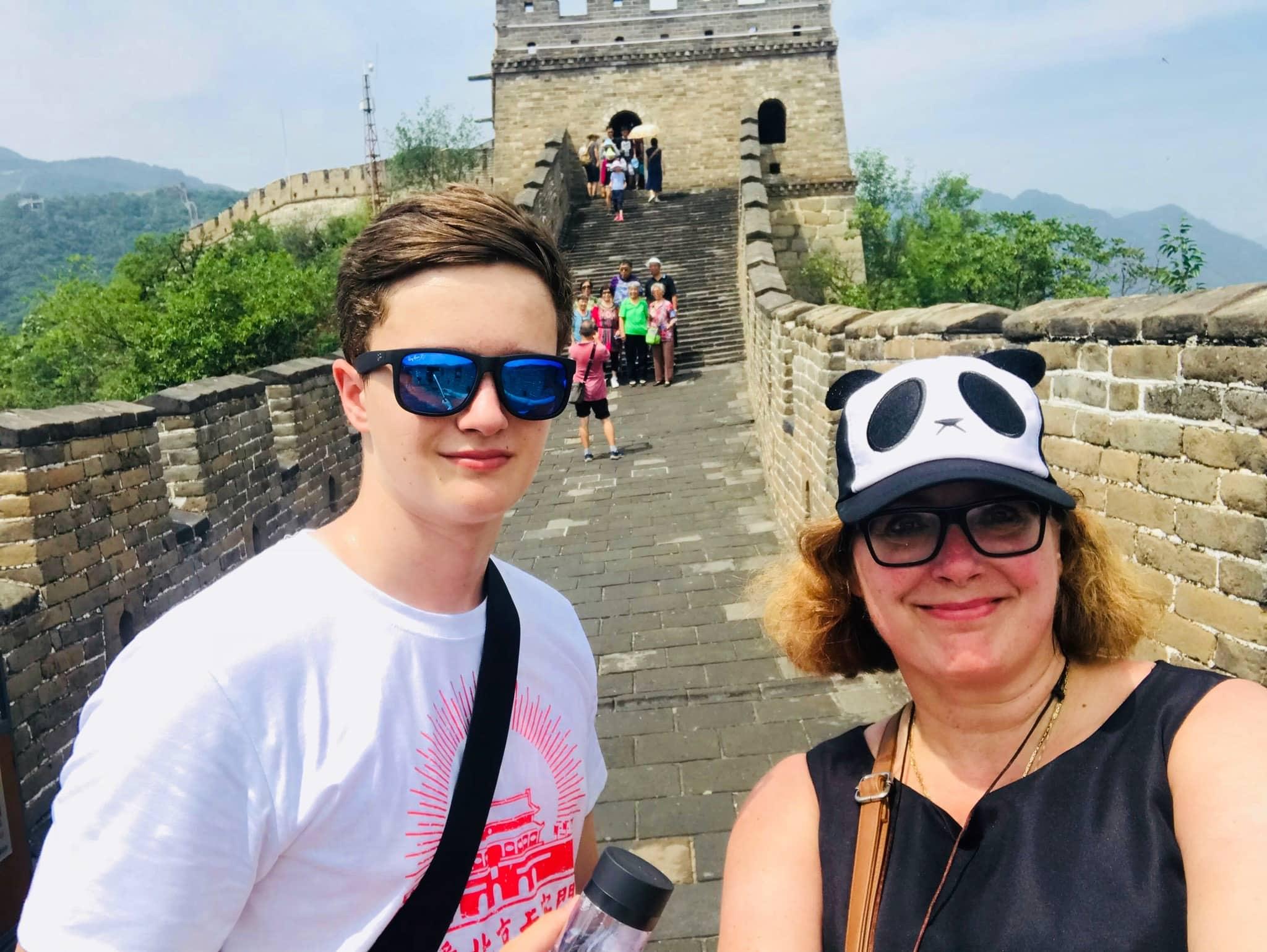 Simone und Sohn auf der Großen Mauer in China